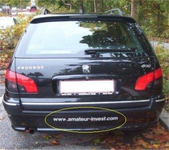 Bil med reklame streamer.